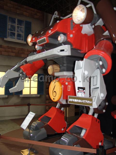 게임 내용과 동일한 사이즈의 로봇 전시물! 물론 움직이지는 않습니다요.