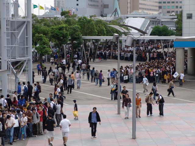 2006년9월23일(토) 오전 10시경, 마쿠하리멧세앞 광장의 모습. 줄의 끝을 알 수 없을 정도로 많은 사람들이 모였습니다. 정말 놀라운 열기였습니다.