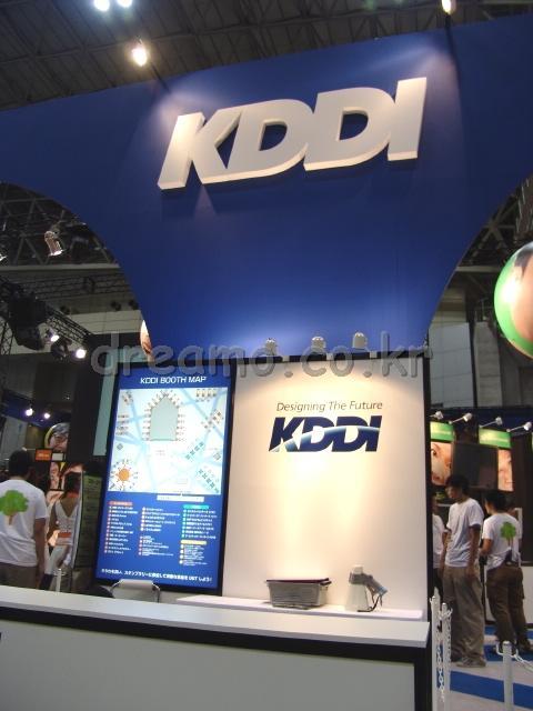 KDDI사는 정말 '무리했다'라고 밖에는 말할 수 없는 전시규모였습니다. AU phone을 주력으로 밀고 있었습니다.